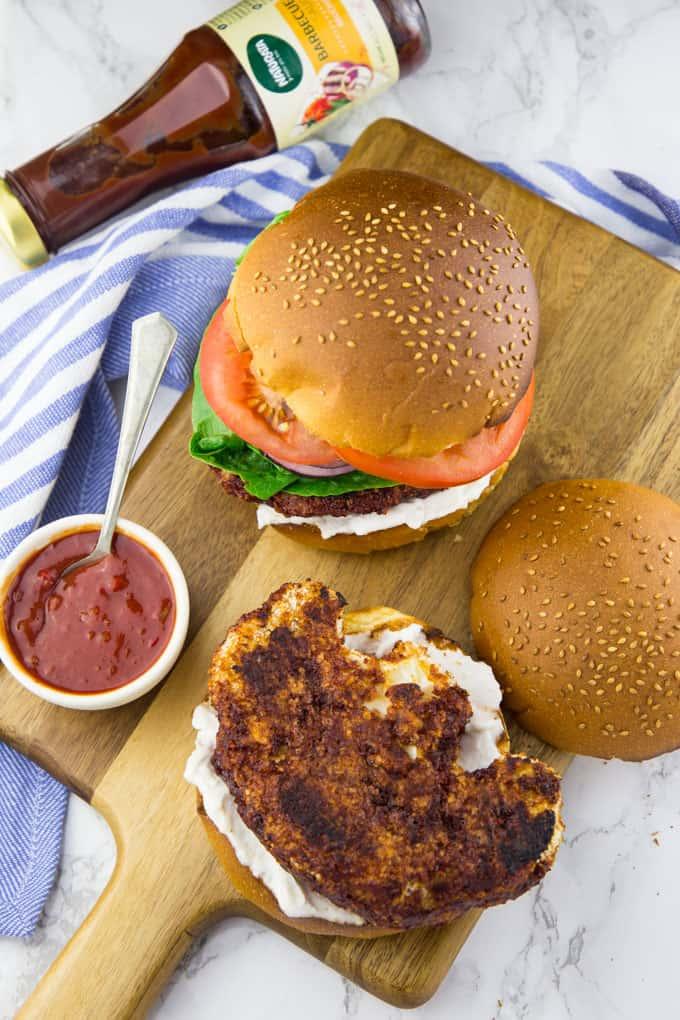 Veganer Burger mit Blumenkohl auf einem Holzbrett