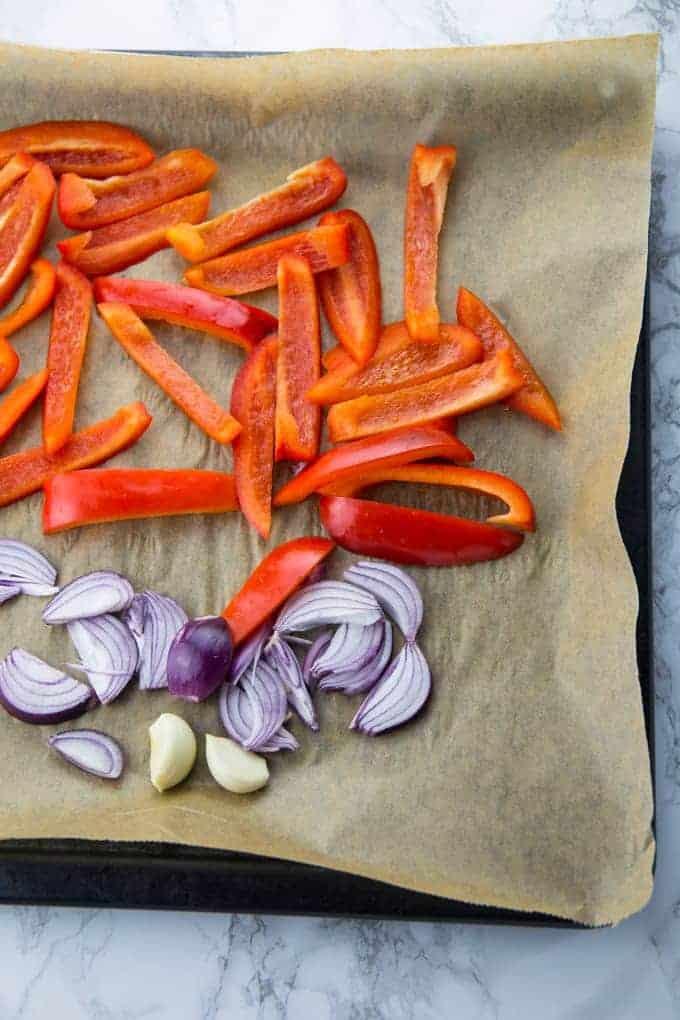 rote Paprika, Zwiebel und Knoblauch auf einem Backblech