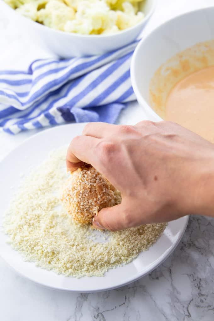Die Blumenkohlröschen werden in dem Panko-Mehl gewendet