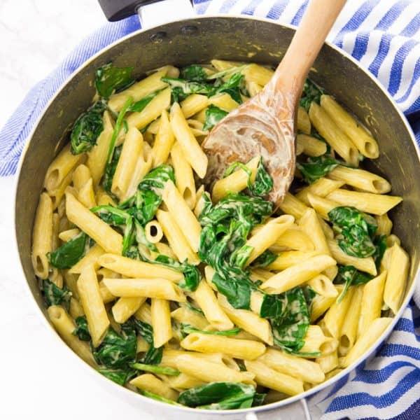 Nudeln mit Spinat in einem Kochtopf
