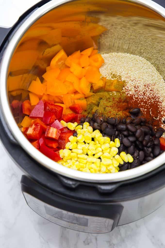 Quinoa, Mais, schwarze Bohnen und Paprika in einem Instant Pot