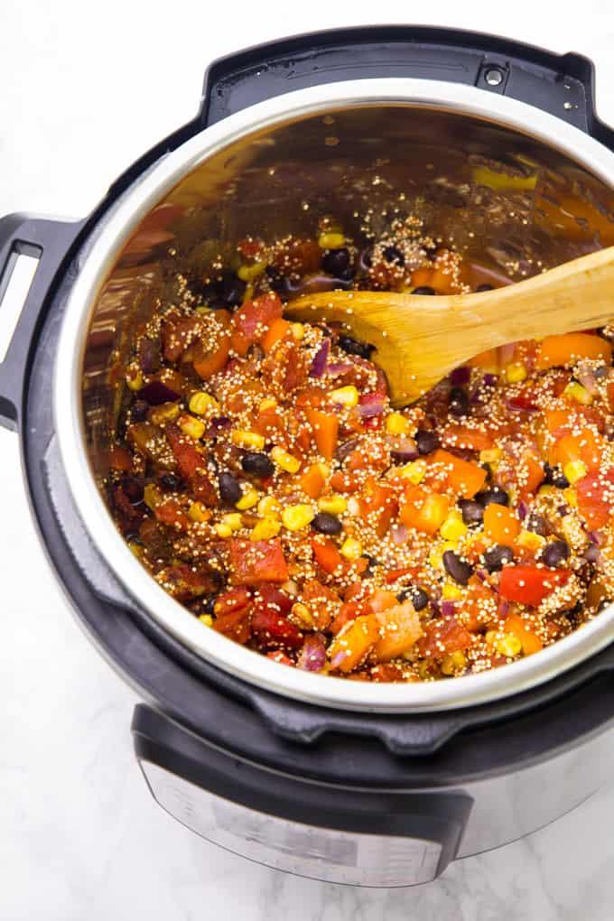 Quinoa, Mais, schwarze Bohnen und Paprika und Wasser in einem Instant Pot