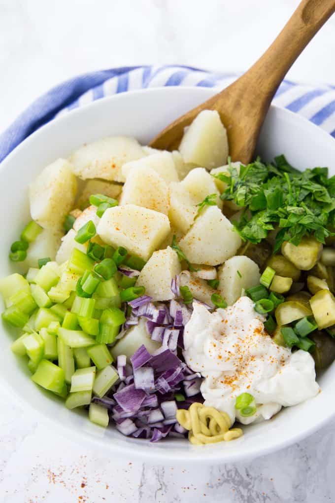 Gekochte Kartoffeln, Sellerie, Zwiebeln und Gewürzgurken in einer Schüssel