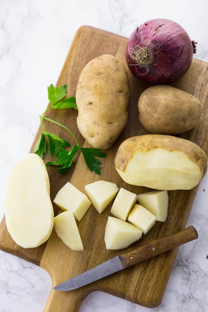 Kartoffelwürfel auf einem Holzbrett