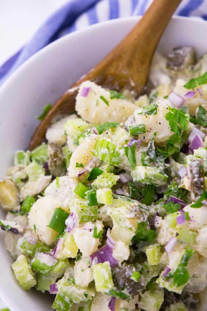 Veganer Kartoffelsalat in einer Schüssel