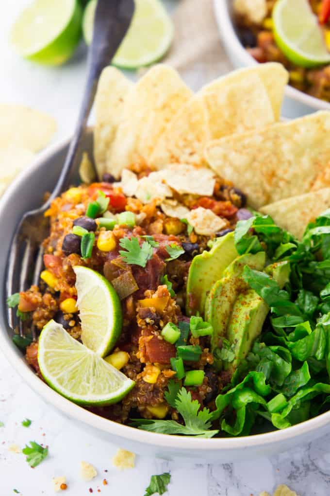 Taco Bowl mir Salat, Tortilla Chips und Limetten