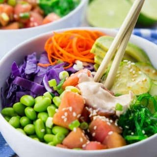 Fertiger Poke Bowl mit Sriracha Mayonnaise und Essstäbchen