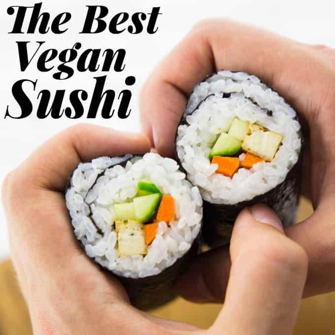 Zwei Stück Sushi werden von Händen gehalten