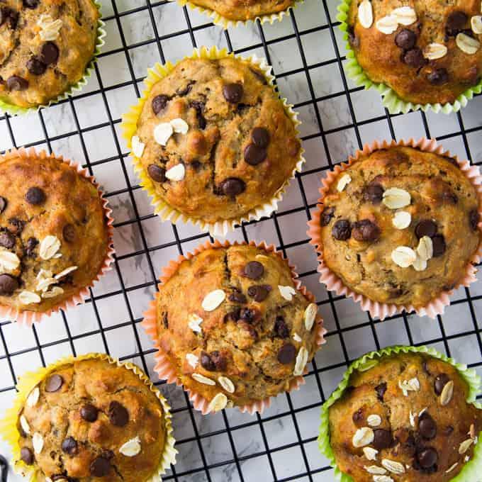 8 Schoko Bananen Muffins auf einem Abkühlgitter auf einer Marmorarbeitsfläche