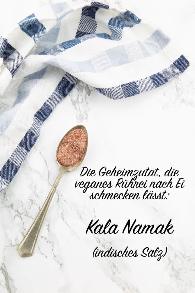 """ein Löffel mit Kala Namak auf einer Marmorplatte mit der Aufschrift """"Die Geheimzutat, die veganes Rührei nach Ei schmecken lässt: Kala Namak (indisches Salz)"""""""