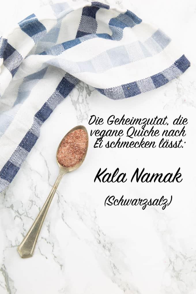 """ein Löffel mit Kala Namak auf einer Marmorplatte mit der Aufschrift """"Die Geheimzutat, die vegane Quiche nach Ei schmecken lässt: Kala Namak (Schwarzsalz)"""""""