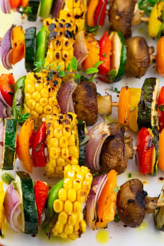 Nahaufnahme von Gemüsespießen auf einem weißen Teller