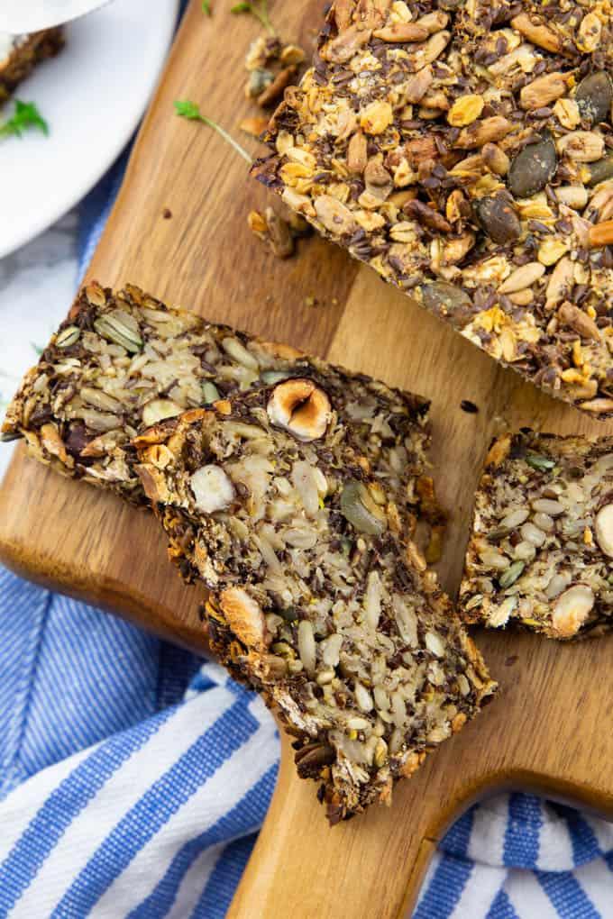 drei Scheiben selbst gebackenes Brot auf einem Holzschneidebrettchen