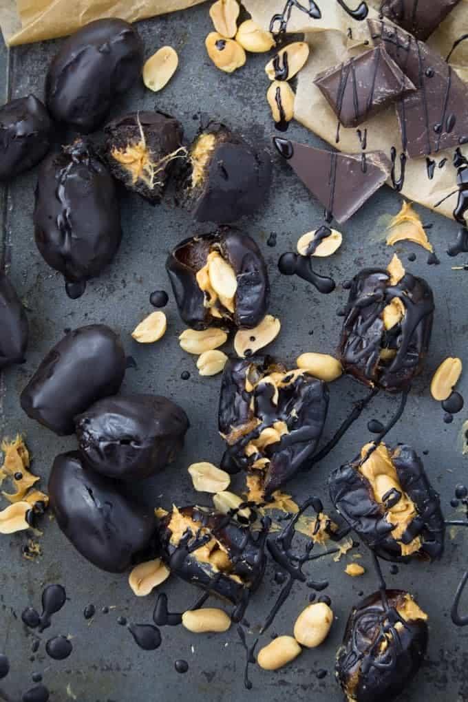 Mit Erdnussbutter und Schokolade gefüllte Datteln auf einem Backblech