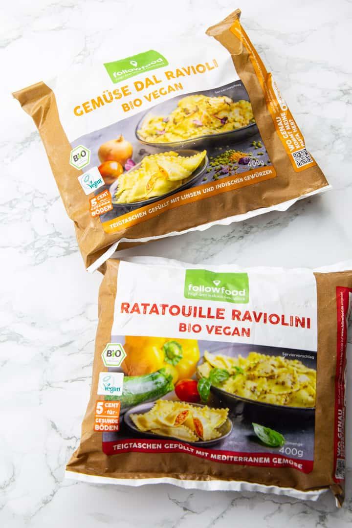 zwei Packungen vegane Ravioli auf einer Marmorplatte