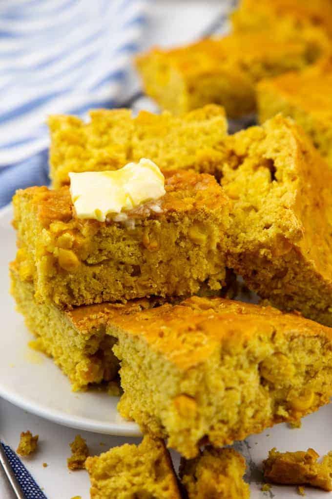 ein Stapel Maisbrot mit veganer Margarine