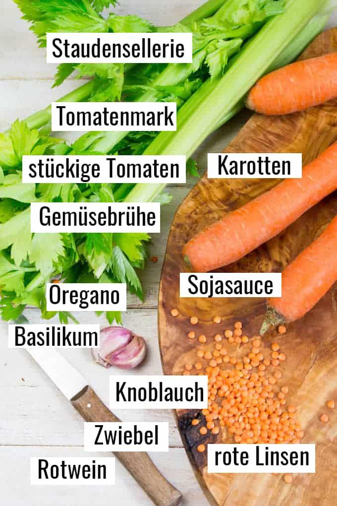 die Zutaten für dieses Rezept auf einem Holzbrett mit Beschriftung