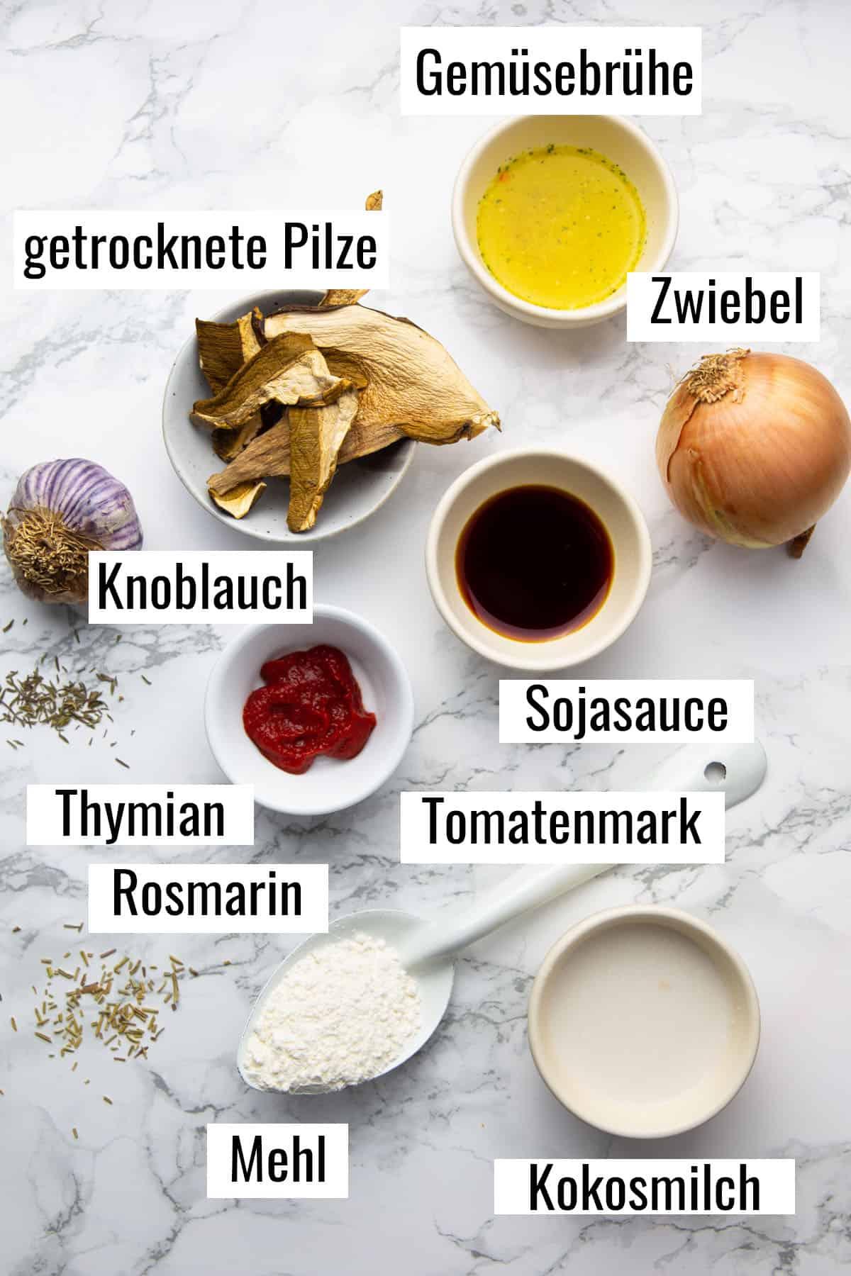 die Zutaten, die man für dieses Rezept benötigt auf einer Marmorplatte