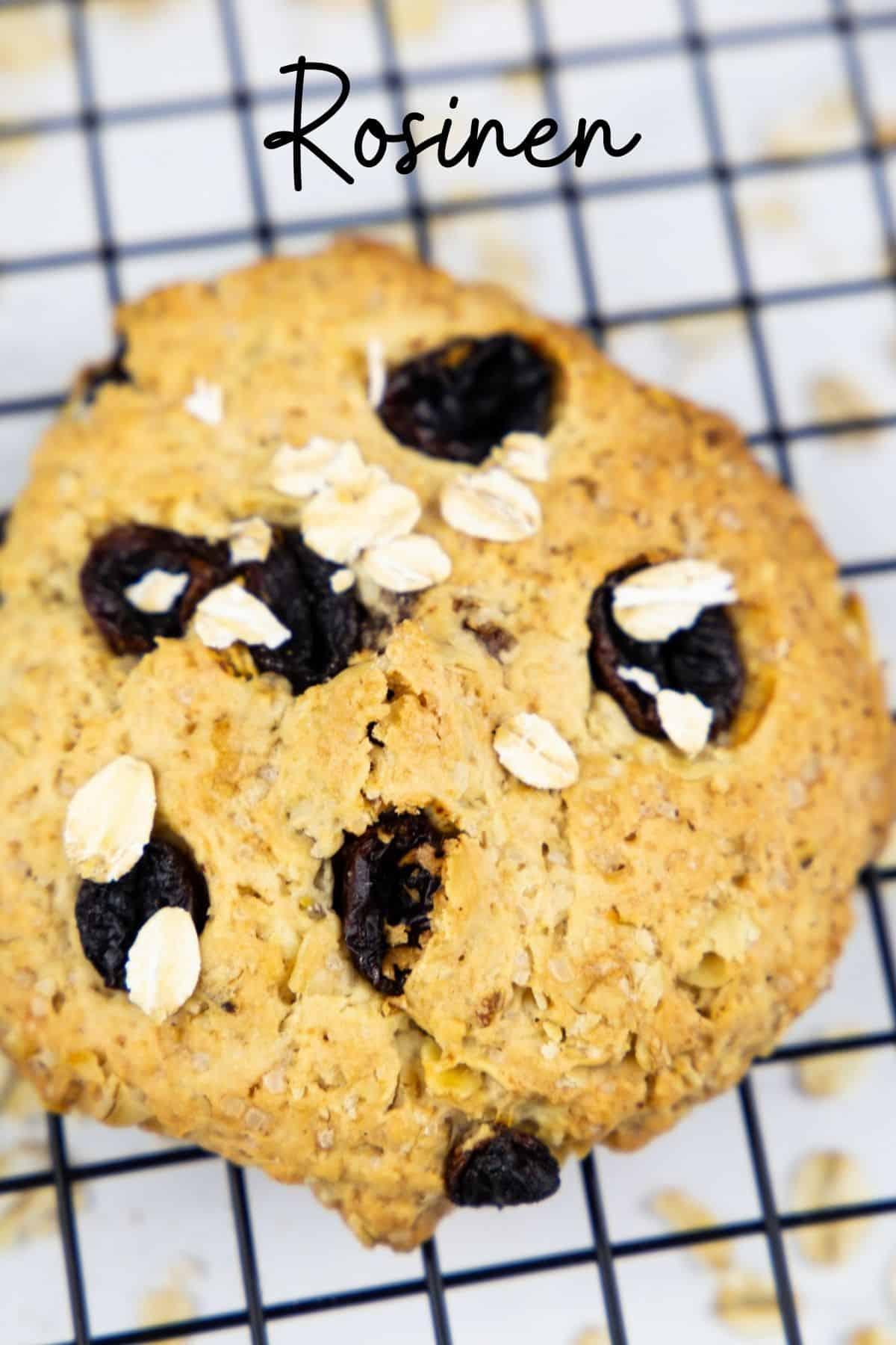 ein Hafer Cookie mit Rosinen auf einem Abkühlgitter