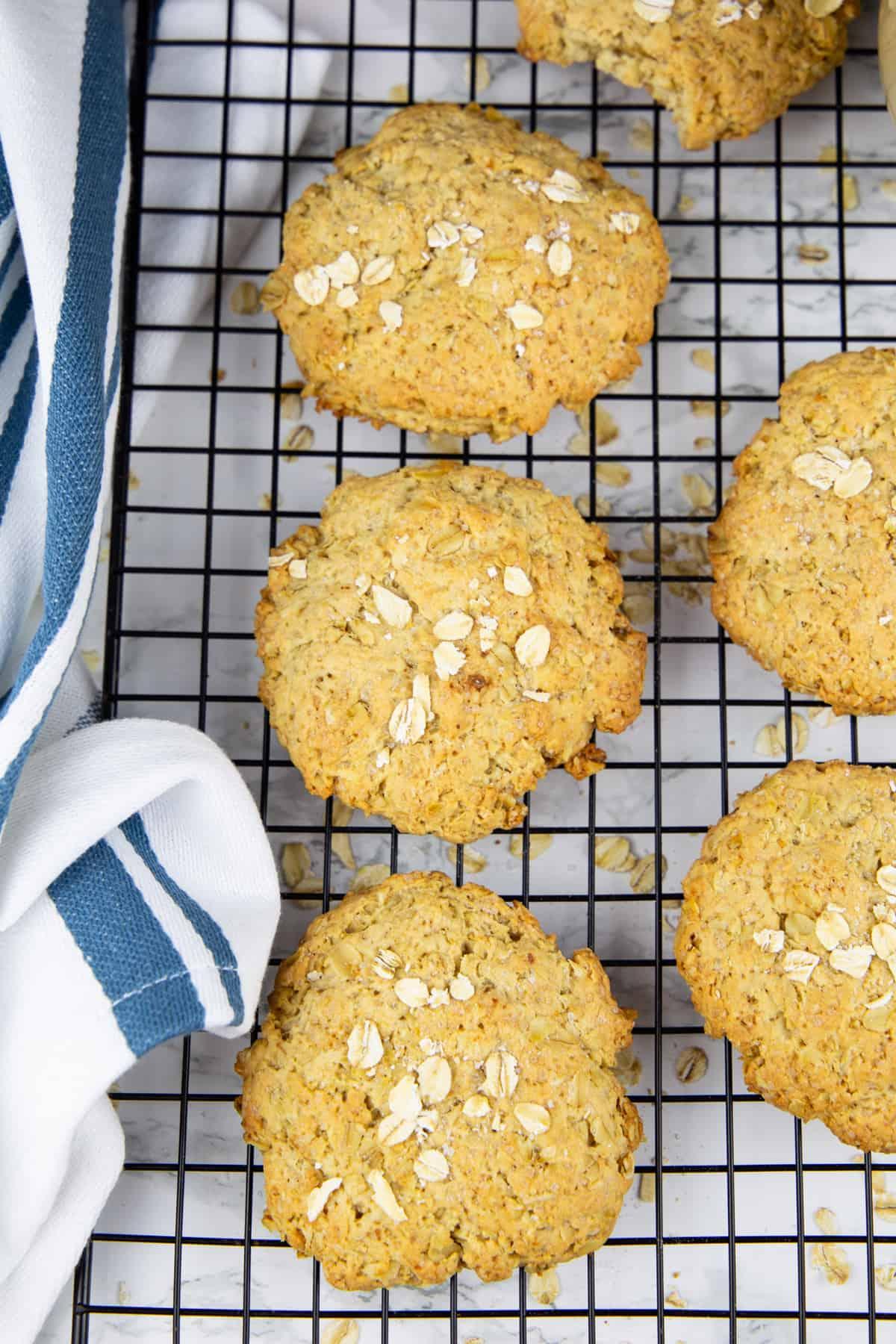 sechs Cookies auf einem Abkühlgitter