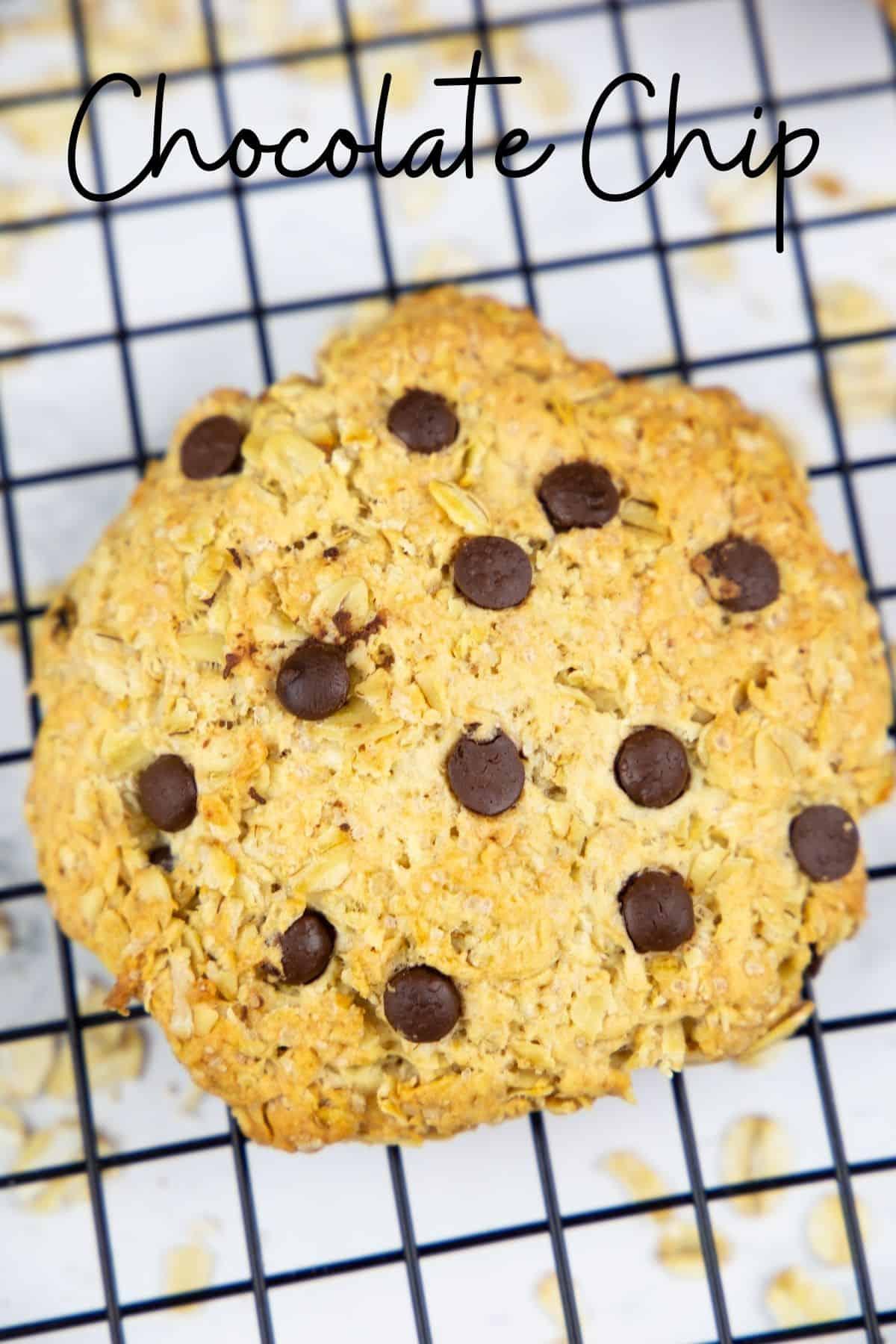 ein Hafer Cookie mit Chocolate Chips auf einem Abkühlgitter