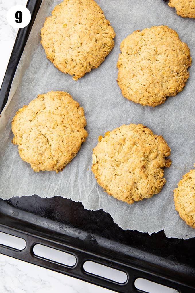 sechs Hafer Cookies auf einem mit Backpapier ausgelegten Backblech