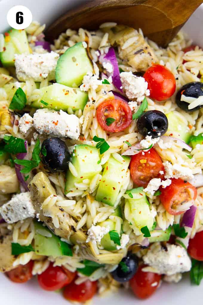 Nahaufnahme von einem mediterranen Risoni Salat in einer weißen Schüssel