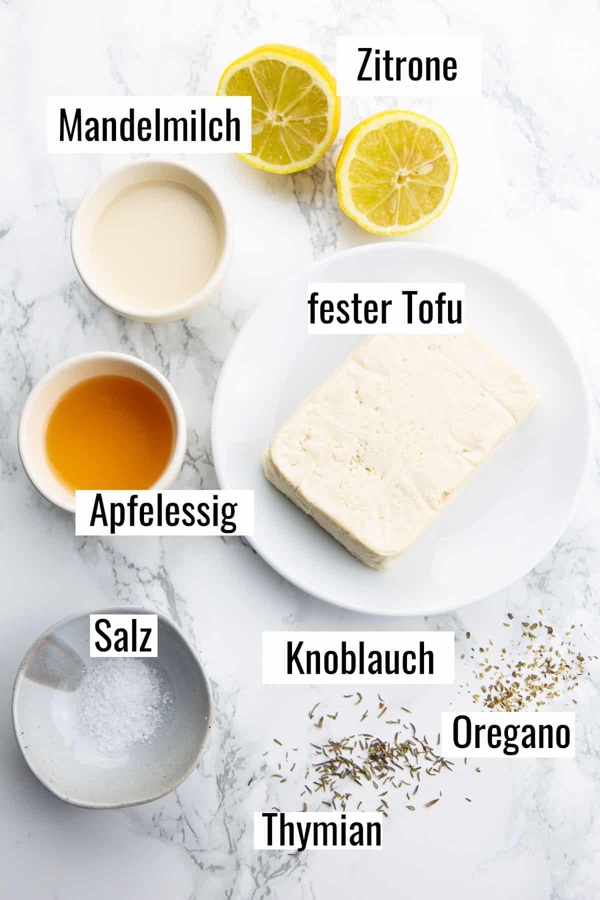 die Zutaten, die man für dieses Rezept benötigt auf einer Marmorplatte mit Beschriftung