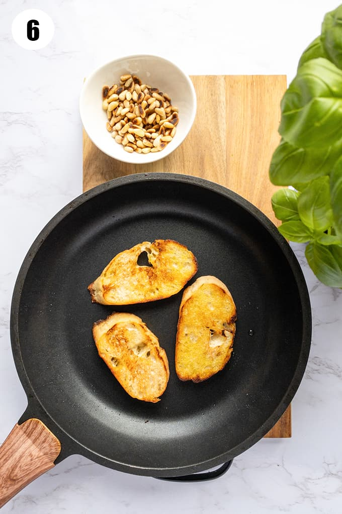 drei Scheiben geröstetes Ciabatta Brot in einer schwarzen Pfanne