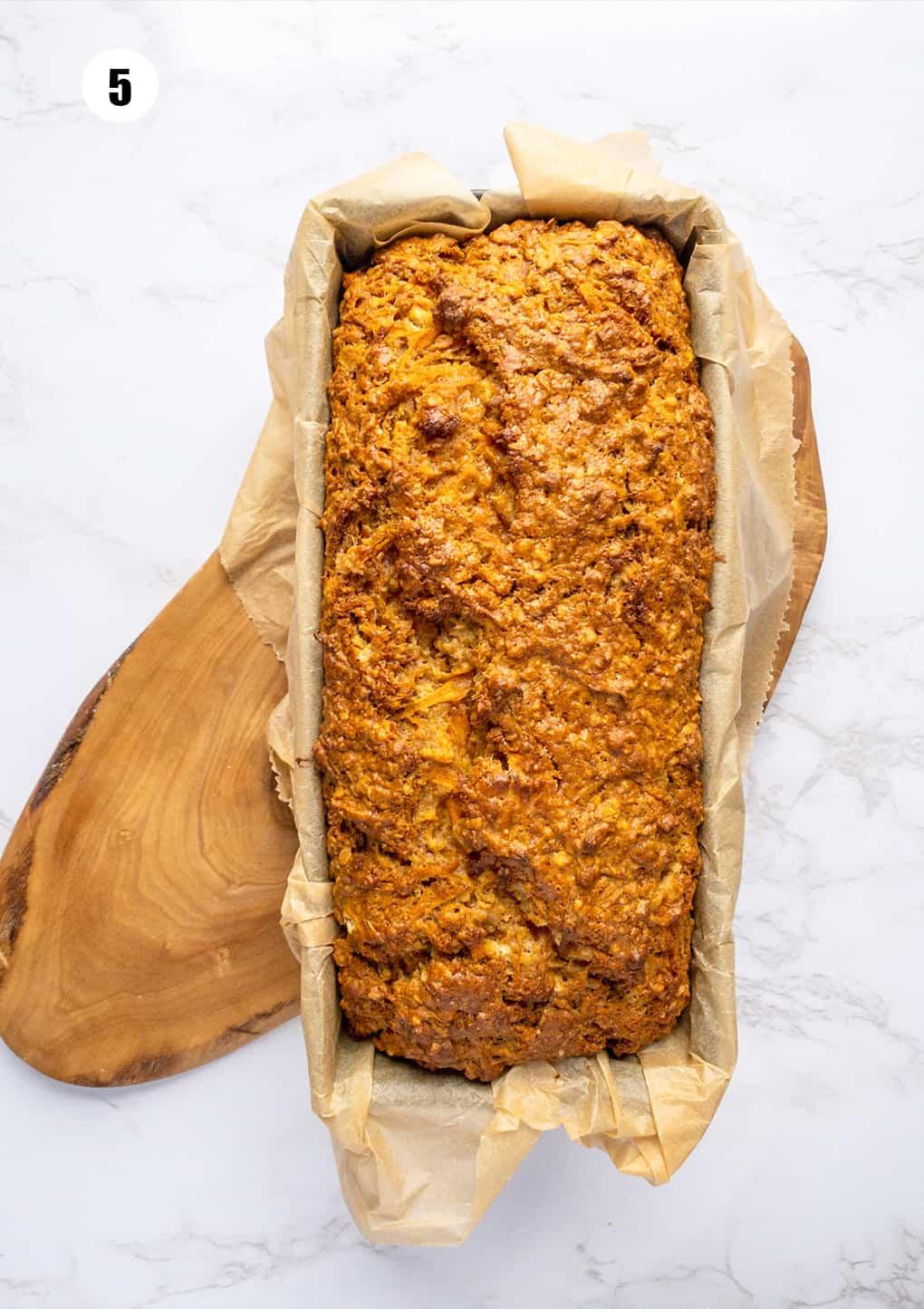 ein Karottenkuchen in einer mit Backpapier ausgelegten Brotbackform