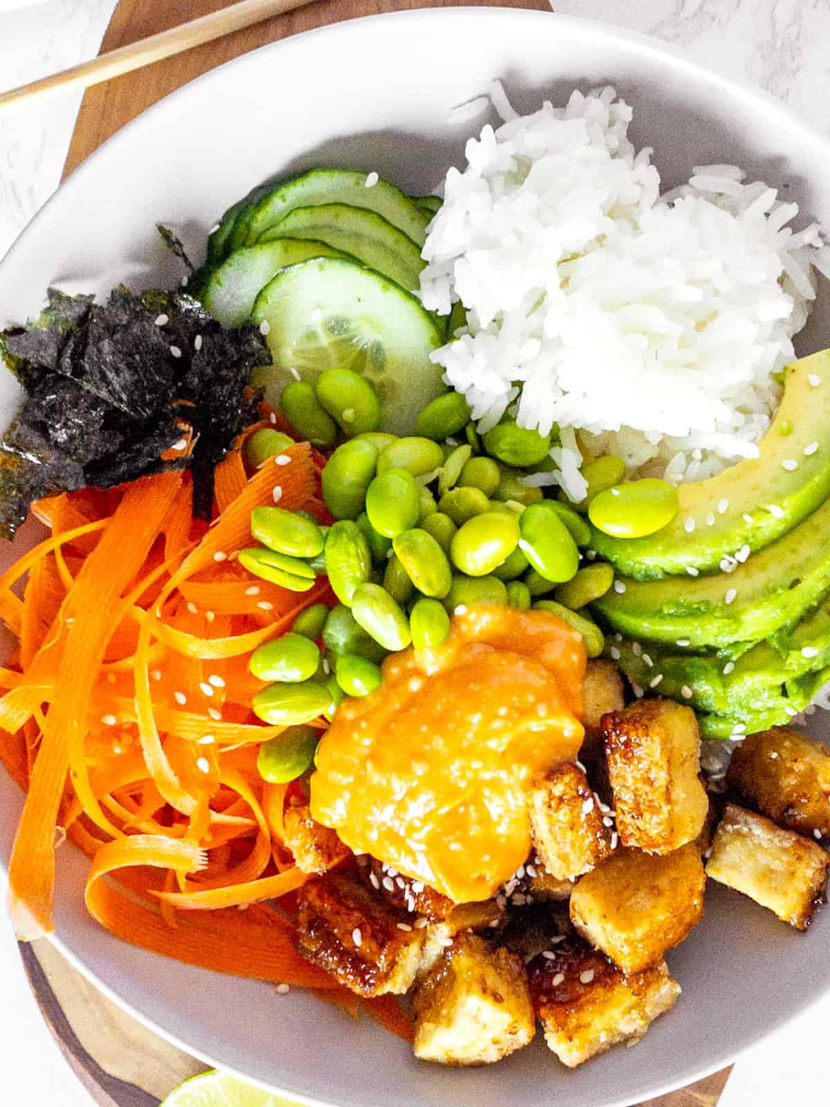 Nahaufnahme von einem Sushi Bowl mit Edamame, Tofu und Avocado