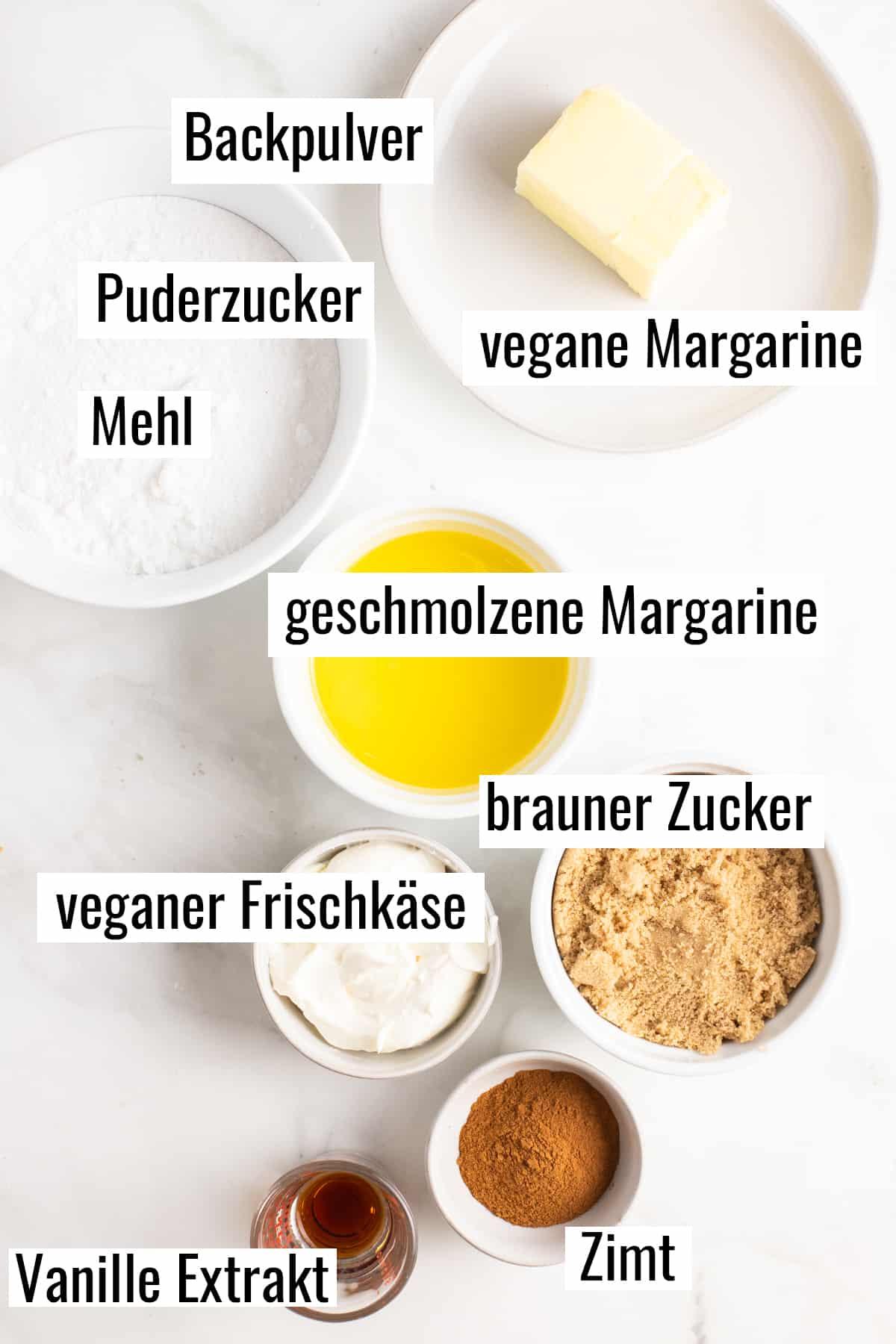 die Zutaten, die man für dieses Rezept benötigt auf einer Marmorplatte mit Beschriftungen