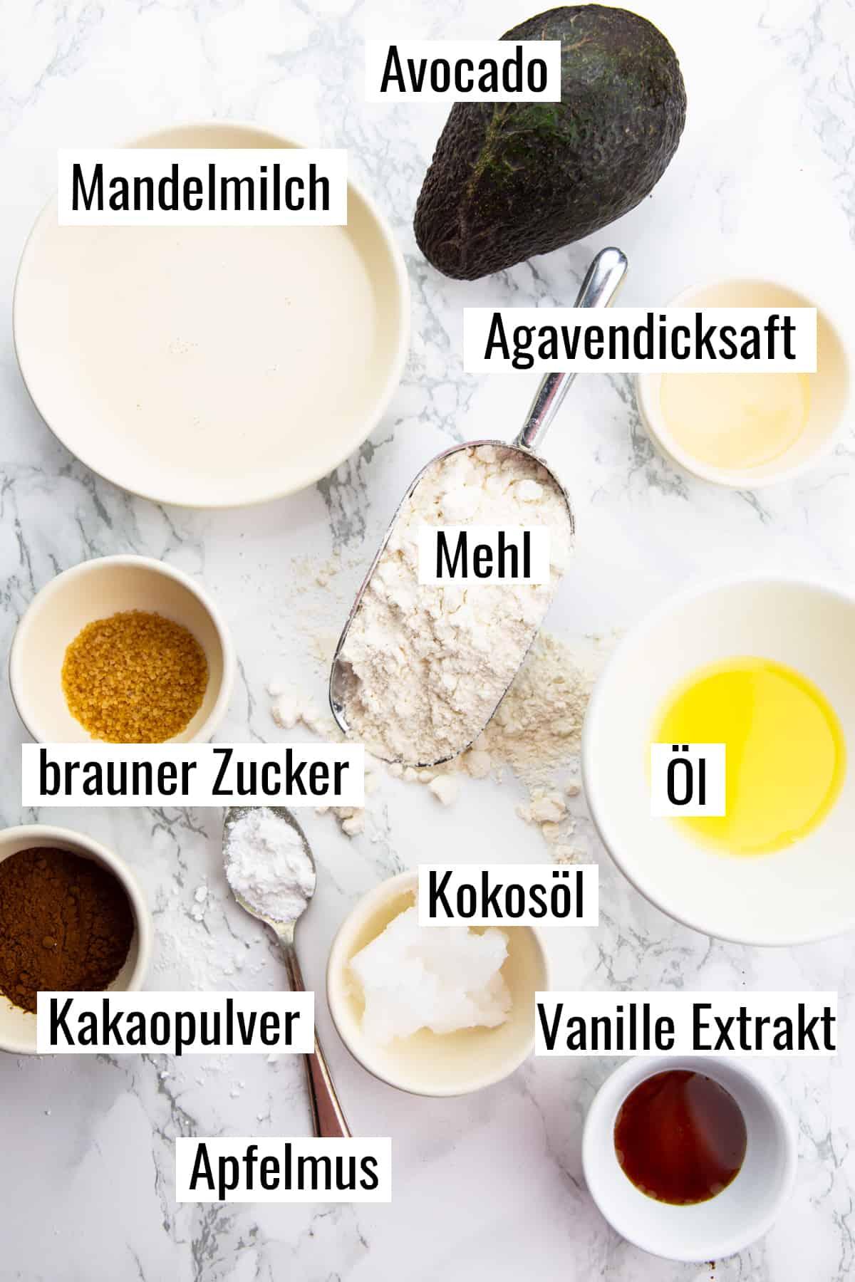 die Zutaten für dieses Rezept auf einen Marmorplatte mit Beschriftung