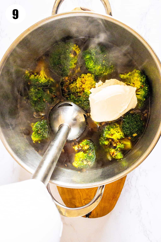 ein Topf mit gekochten Brokkoliröschen mit Frischkäse in einem Topf