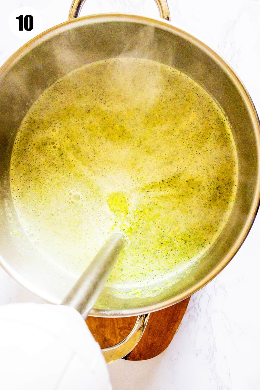 Brokkoli Suppe in einem Topf mit Pürierst