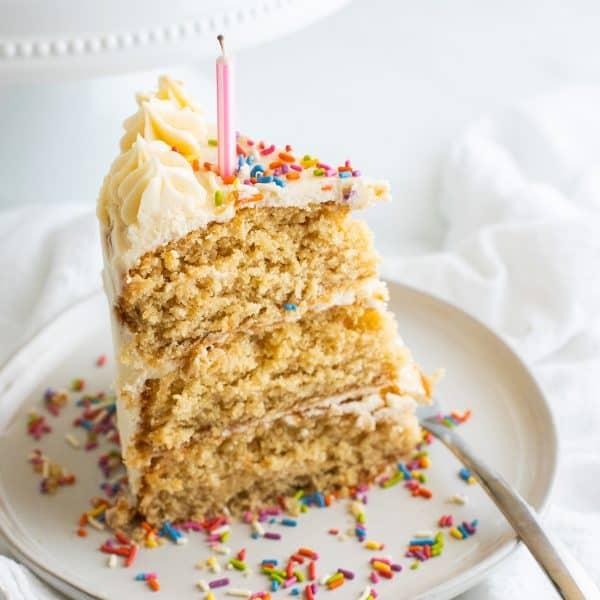 ein Stück vegane Torte auf einem weißen Teller mit einer Gabel