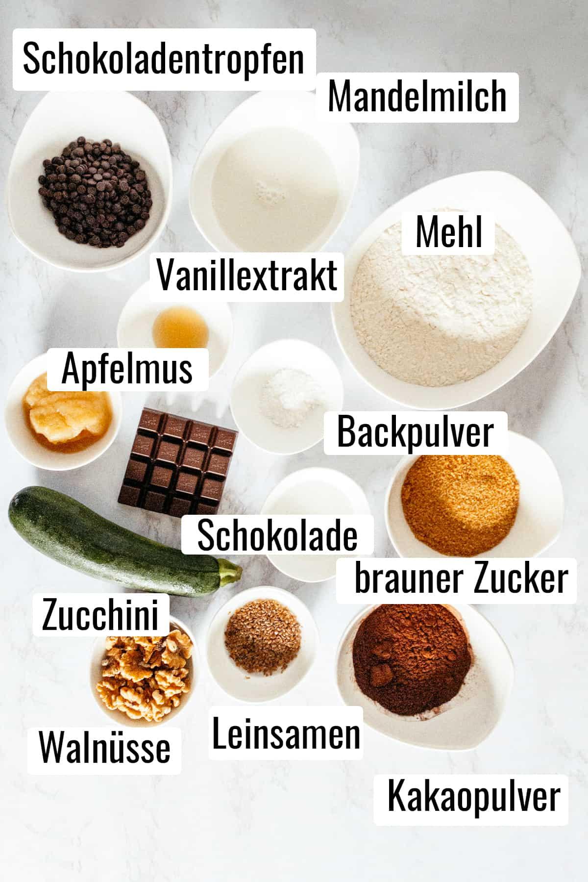 die Zutaten für dieses Rezept auf einer Marmorplatte mit Beschriftung
